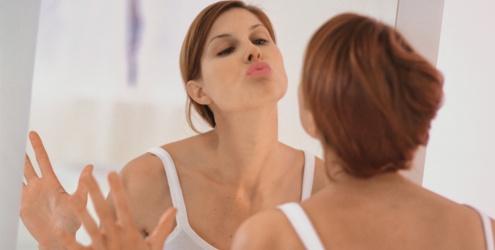 mulher-beijando-espelho-17564